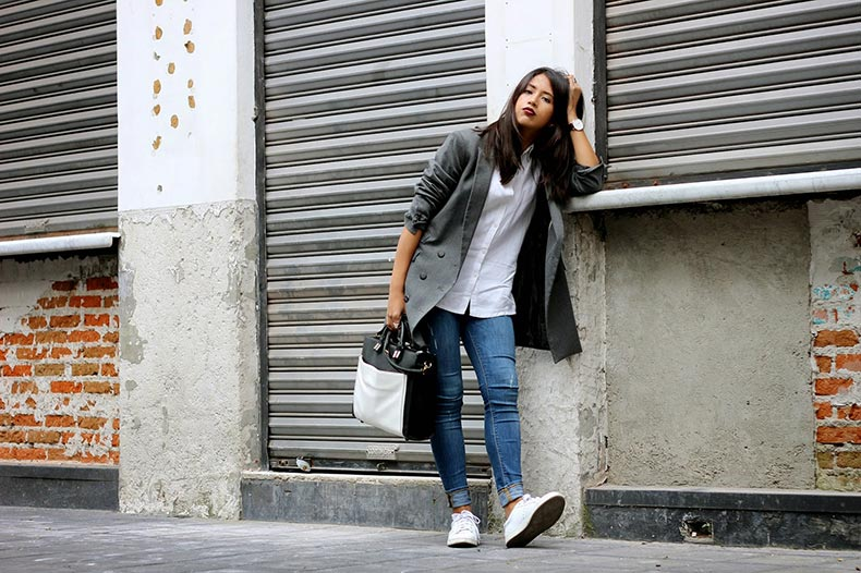 black-sneakers-white-sole-are-the-new-sneaker-street-style-trend-the-sneaker-street-style-strut-3