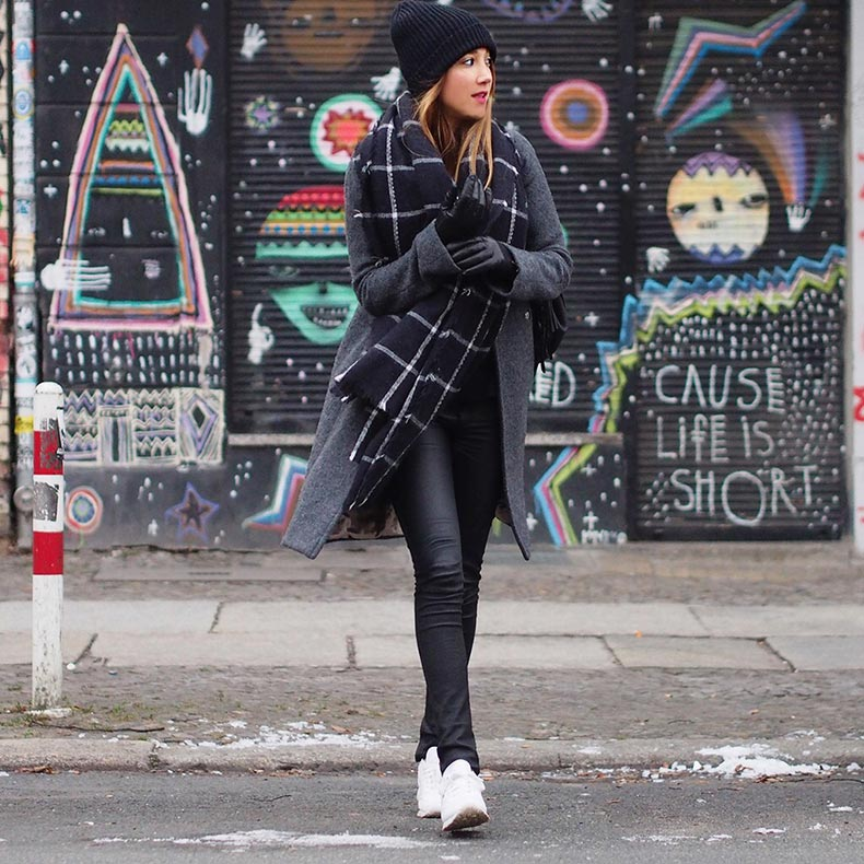black-sneakers-white-sole-are-the-new-sneaker-street-style-trend-the-sneaker-street-style-strut-fashion-blogger