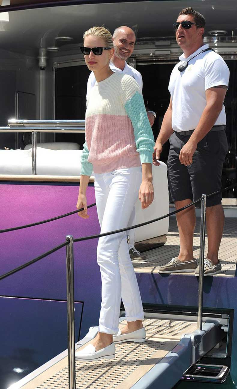 While-boarding-yacht-Cannes-Karolina-Kurkova-gave-her-white