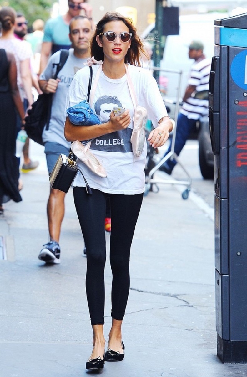 4-reasons-fashion-girls-are-wearing-ballet-flats-again-1772294-1463521560.640x0c