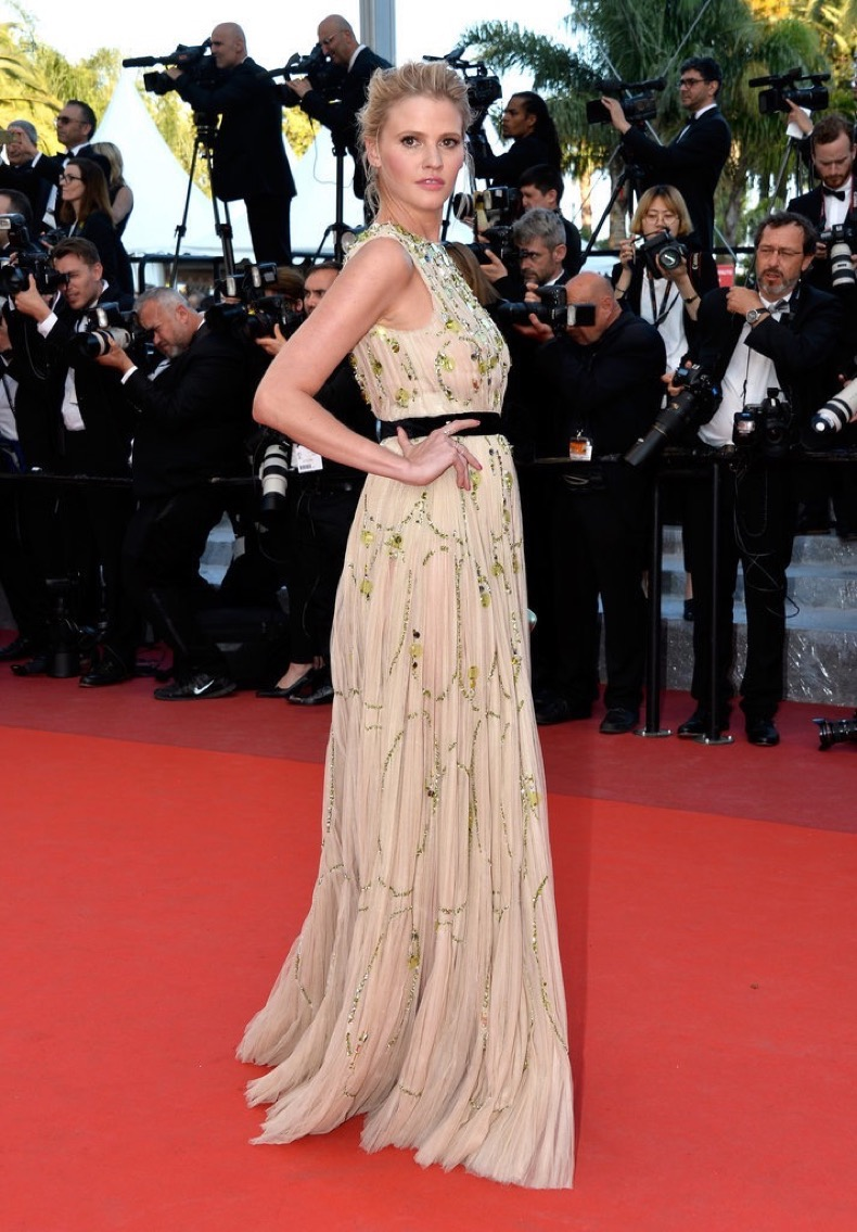Lara-Stone-showed-off-chiffon-gown-Julieta-red-carpet