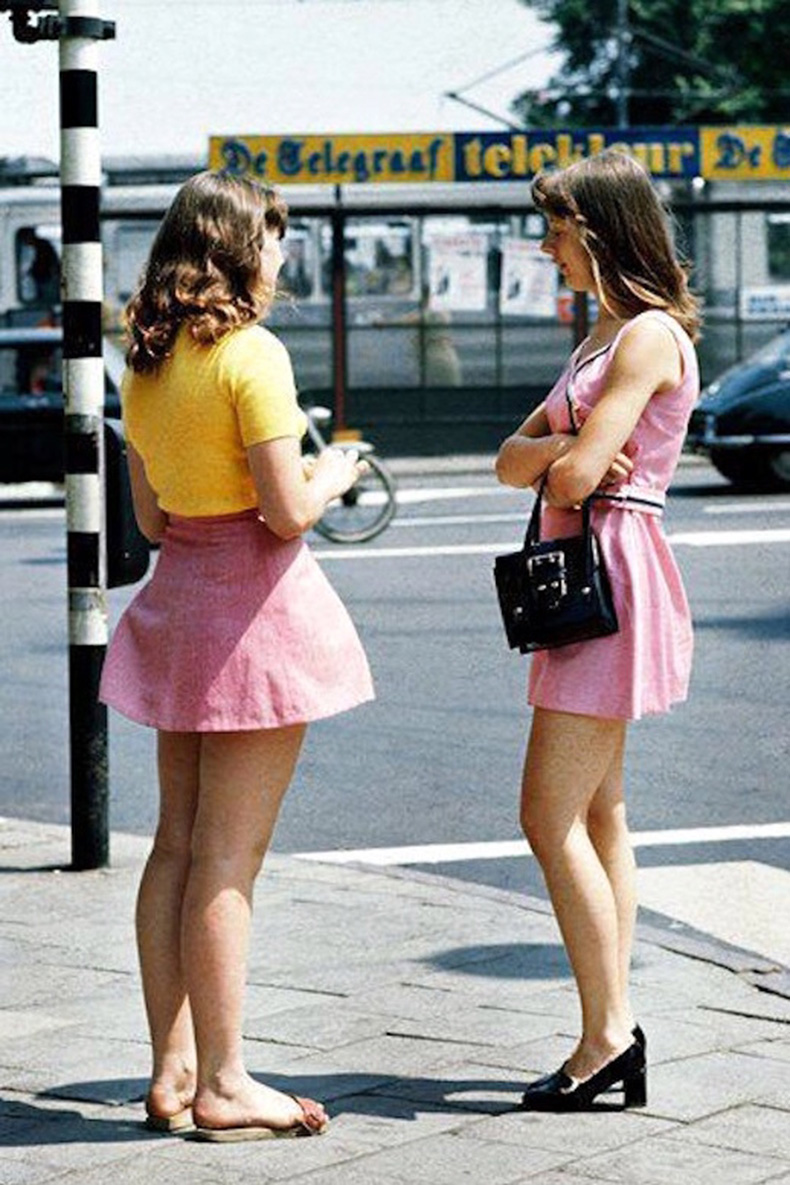 Le-Fashion-Blog-1970s-70s-Street-Style-Vintage-Photos-High-Waisted-Skirts-Pink-Crop-Top-Tee-T-Shirt-Tres-Blase