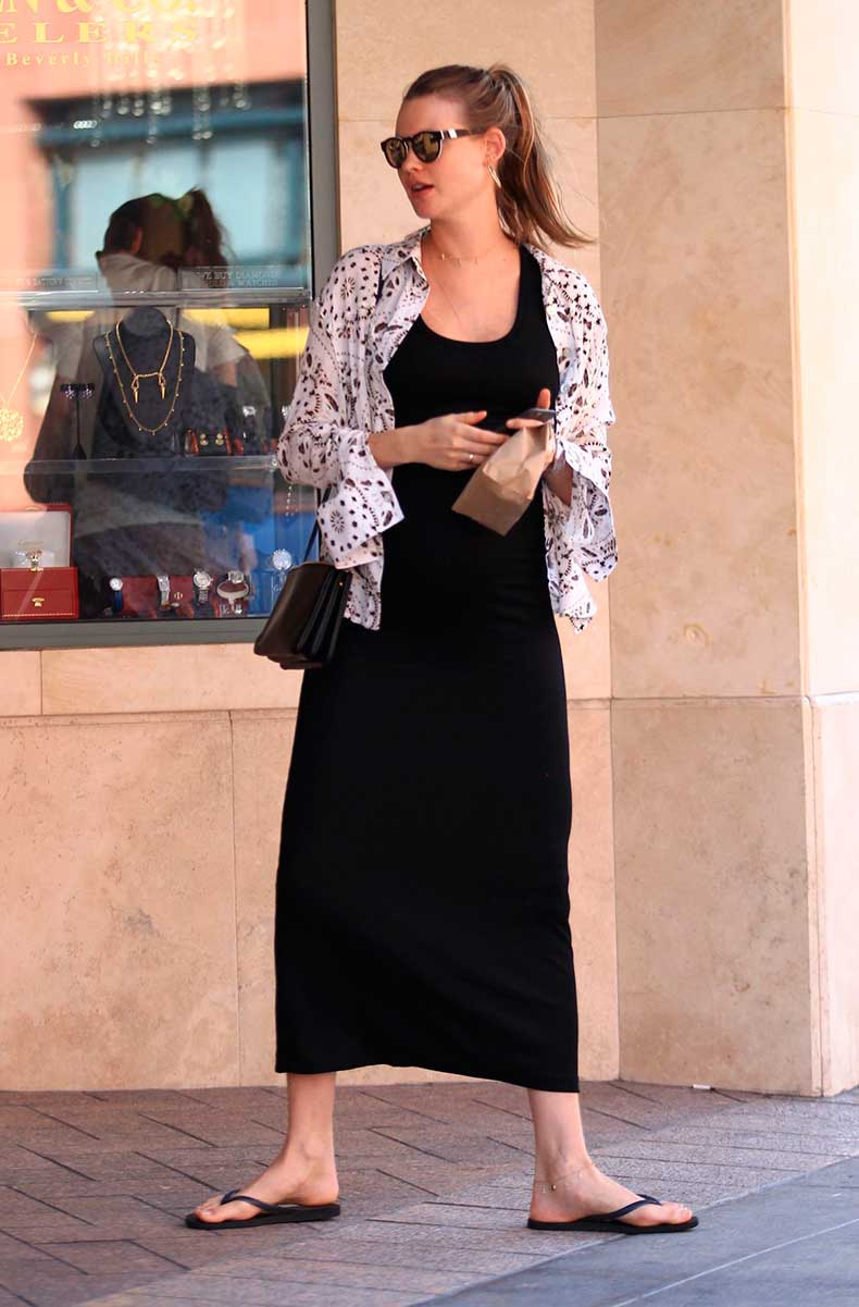 pregnant-behati-prinsloo-out-in-beverly-hills-08-02-2016_5